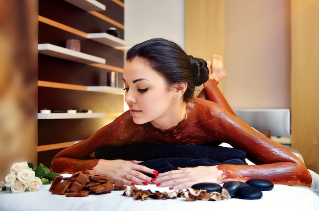 Envolvimento do corpo de chocolate. spa