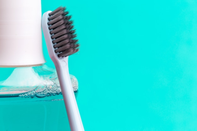 Enxaguatório bucal e escova de dentes para uma cavidade bucal saudável