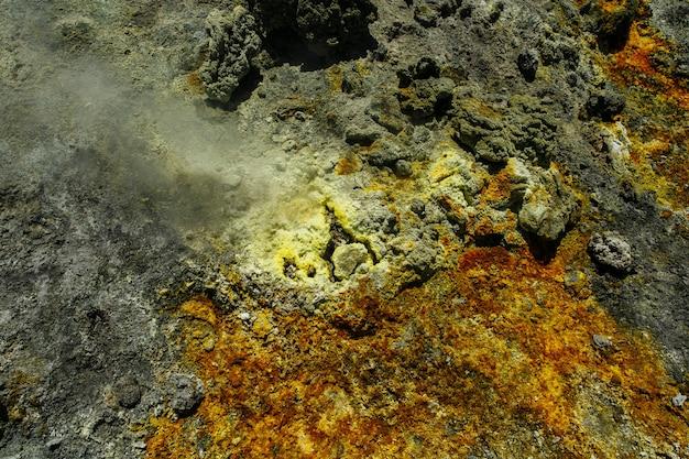 Enxofre e vapor do vulcão