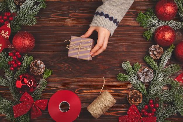Época de natal. processo de embalagem de presentes para festas