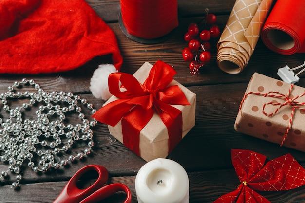 Época natalícia. acessórios de preparação de férias, vista superior