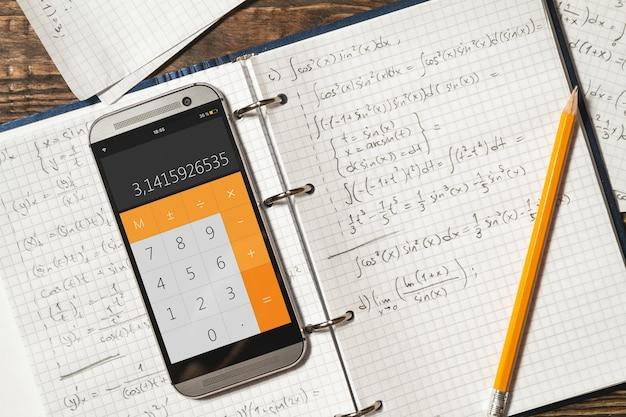 Equações matemáticas escritas em um caderno