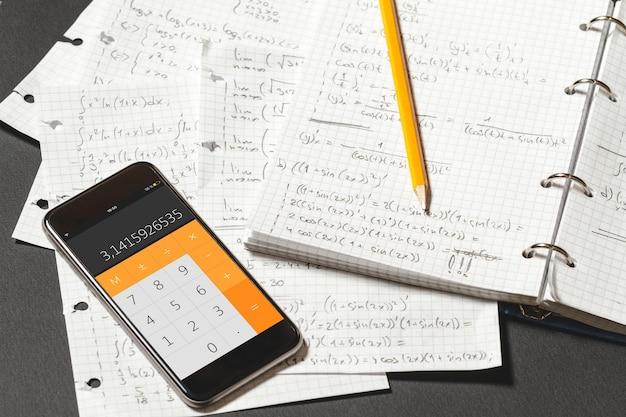Equações matemáticas são escritas em um caderno