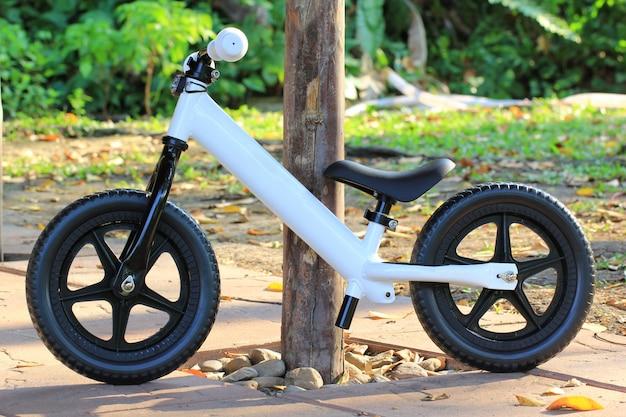 Equilibrar a bicicleta no parque