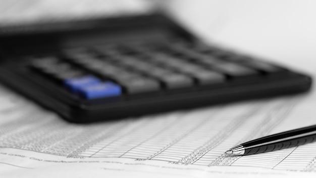 Equilíbrio do negócio. cálculo e caneta no fundo branco