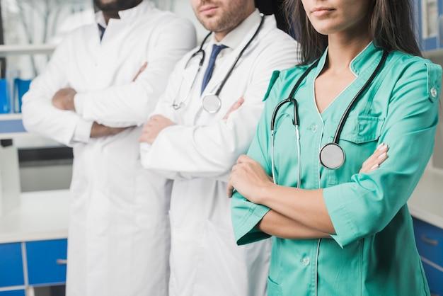 Equipa de médicos de colheita no hospital
