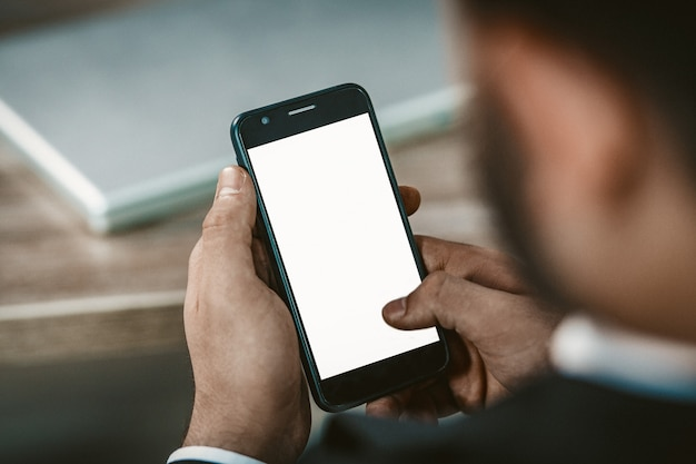 Equipa, mão, segurando, smartphone, branco, em branco, tela