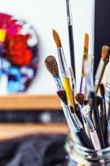 Equipamento artístico. pincéis e tintas para desenho. itens para a criatividade das crianças.