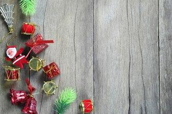 Equipamento da decoração do Natal no assoalho de madeira.