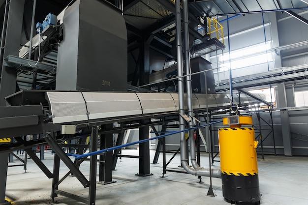Equipamento da estação de triagem de resíduos. reciclagem e armazenamento de resíduos para posterior disposição.