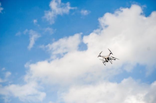 Equipamento da fotografia aérea que voa no céu azul. e copie o espaço