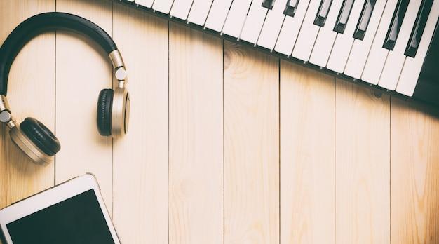 Equipamento da tecnologia da música na madeira com espaço da cópia.