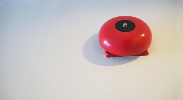 Equipamento de alarme ou alerta de emergência de incêndio ou campainha na cor vermelha. é para segurança.