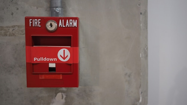 Equipamento de alarme ou alerta de emergência de incêndio ou campainha na cor vermelha. no prédio por segurança.