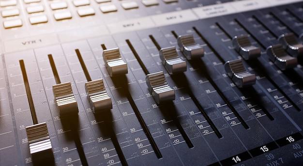 Equipamento de amplificação, mixer de áudio.