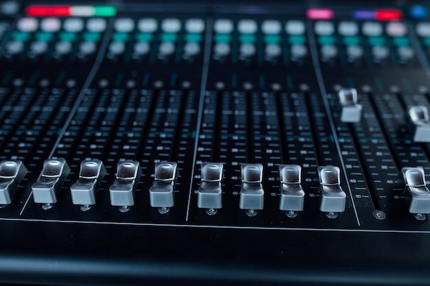 Equipamento de áudio no estúdio de gravação