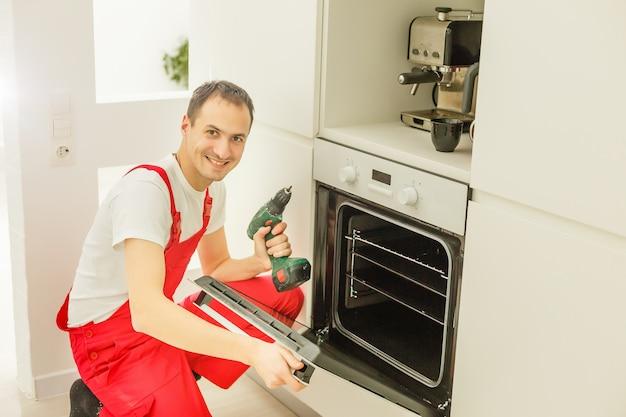 Equipamento de bagunça na cozinha e homem desanimado