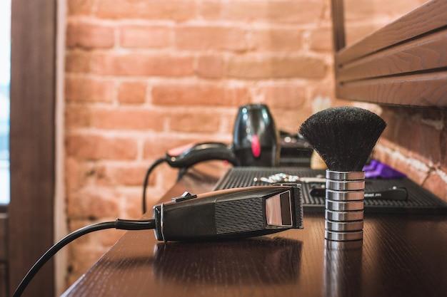 Equipamento de barbearia em fundo de madeira.