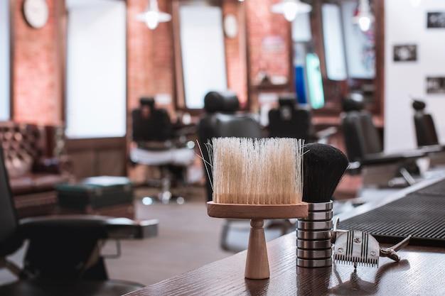 Equipamento de barbearia em madeira.