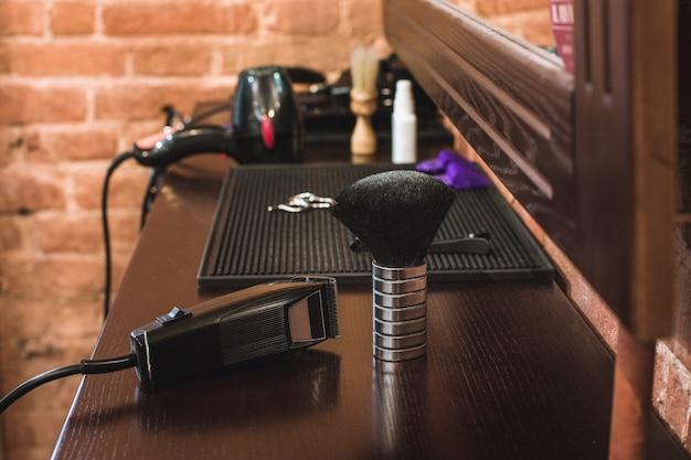 Equipamento de barbearia na mesa de madeira