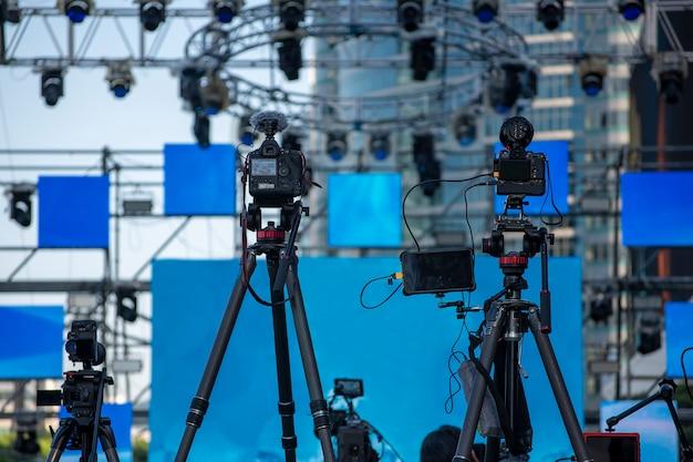 Equipamento de câmera em preparação para shows, conferências de imprensa ou transmissões de televisão.