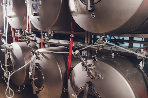 Equipamento de capacidade de metal de cervejaria na oficina da fábrica.