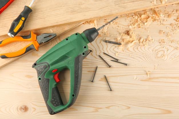 Equipamento de carpinteiro em mesa de madeira em oficina