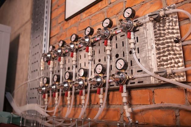 Equipamento de cervejaria para medição de pressão com muitas mangueiras