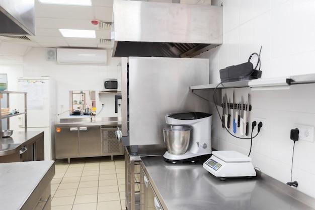 Equipamento de cozinha moderna em um restaurante