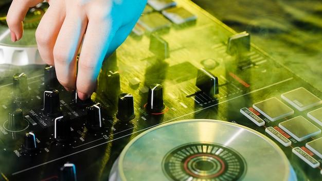 Equipamento de dj mixer de alto ângulo