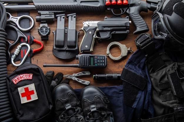 Equipamento de equipamento tático soldado das forças especiais da polícia oficial de operações especiais swat. arma tática de munição militar preta