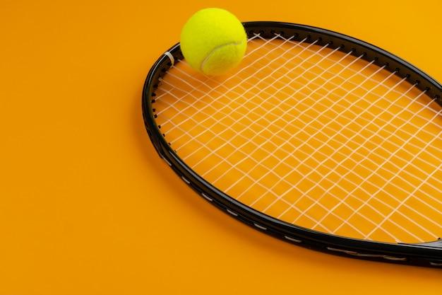 Equipamento de esporte de jogador de tênis. raquete e bola de tênis