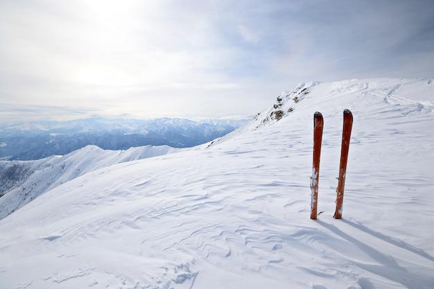 Equipamento de esqui na neve, inverno nos alpes