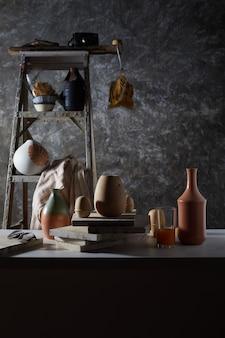 Equipamento de estúdio de cerâmica para trabalhos artesanais com argila.