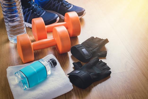 Equipamento de fitness em fundo de madeira