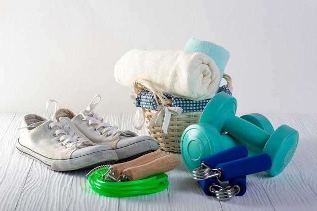 Equipamento de fitness isolado no branco (toalha, halteres, sapatos)