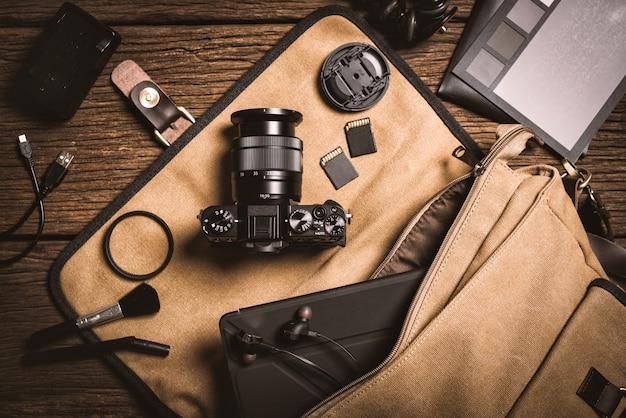 Equipamento de fotografia na mesa de madeira