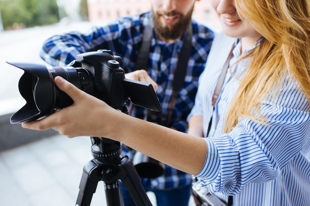 Equipamento de fotografia para trabalho em equipe câmera dslr fotógrafo de bastidores