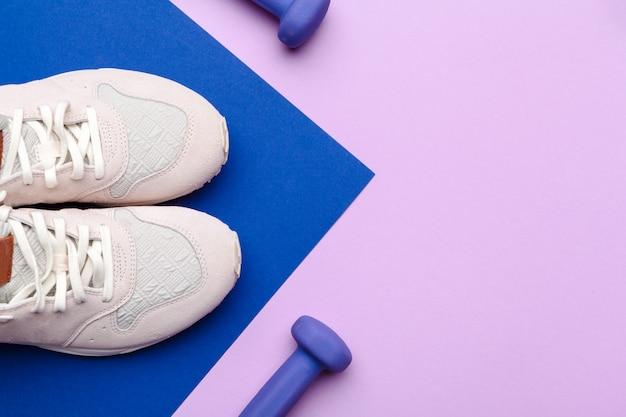 Equipamento de ginástica fitness na cor de fundo