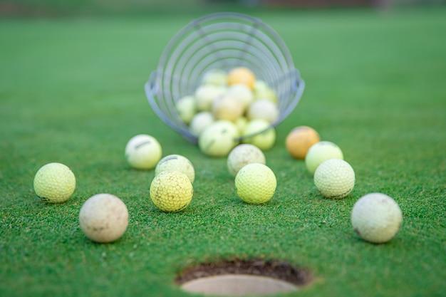 Equipamento de golfe no campo de golfe verde, bolas e tacos, prontos para jogar
