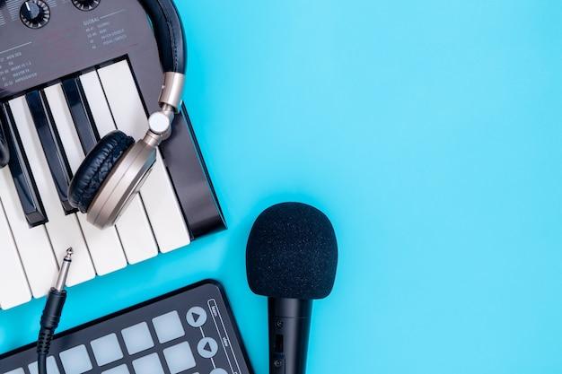 Equipamento de gravação de música no espaço da cópia azul
