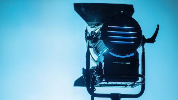 Equipamento de iluminação profissional no set de filmagem
