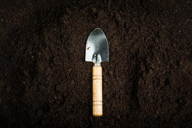Equipamento de jardinagem com solo