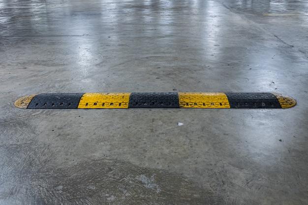 Equipamento de lombada de borracha para reduzir a velocidade do veículo.