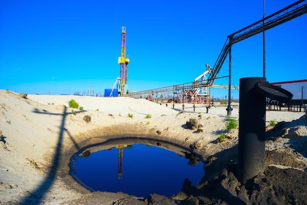 Equipamento de perfuração com reflexo no óleo. sibéria.