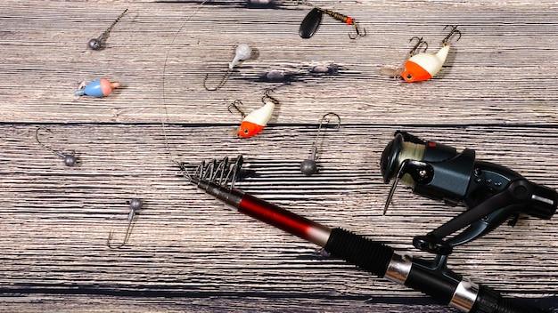 Equipamento de pesca com anzóis e iscas em madeira