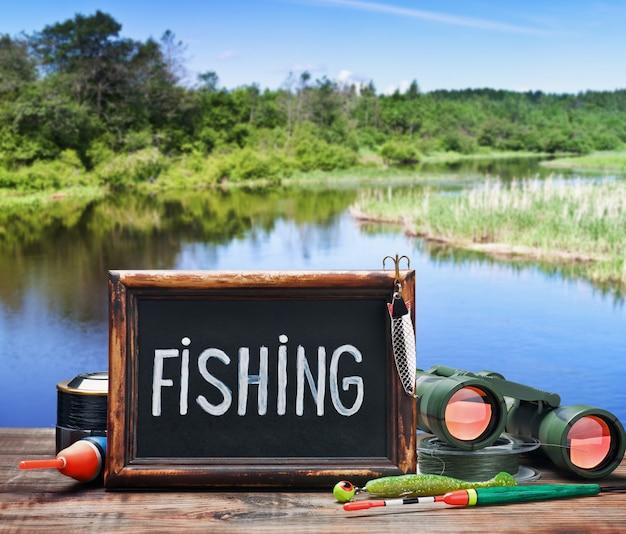 Equipamento de pesca e um quadro-negro