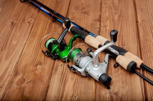 Equipamento de pesca - fiação de pesca, anzóis e iscas na madeira