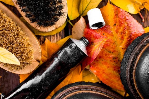 Equipamento de polimento, escova e polimento de creme e botas pretas