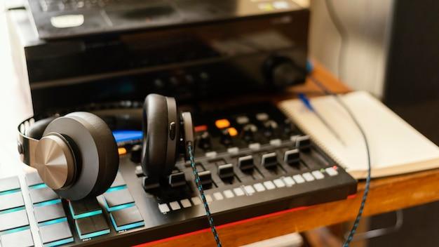 Equipamento de produção musical em ambientes fechados